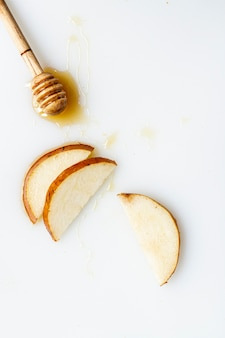 Vista dall'alto affettato pera con miele