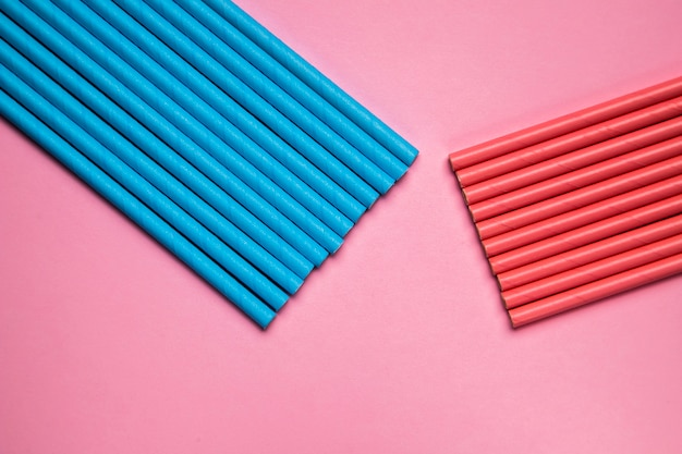 Vista dall'alto allineato cannucce di plastica blu e rosse