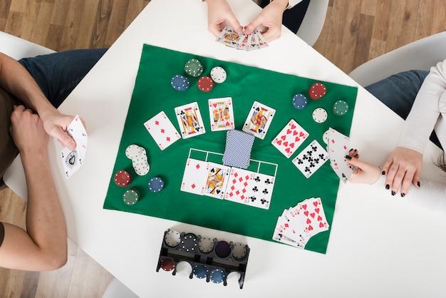Vista dall'alto amici che giocano a poker