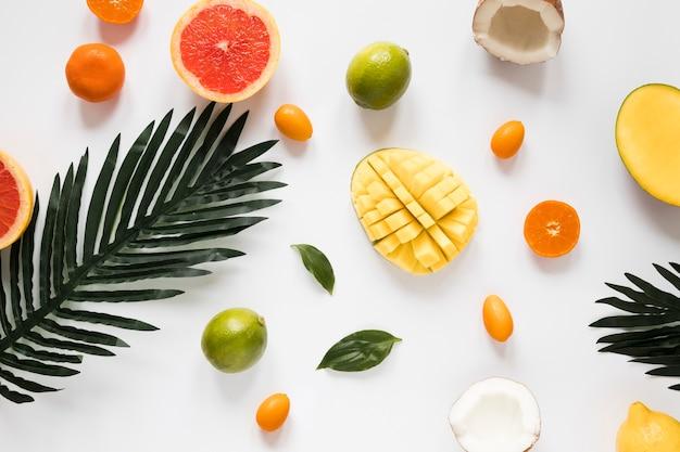 Vista dall'alto ananas fresco con calce sul tavolo