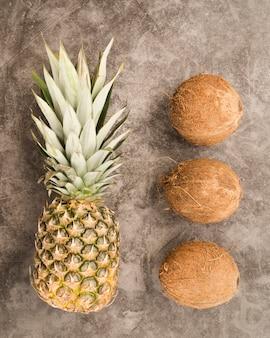 Vista dall'alto ananas fresco con noci di cocco
