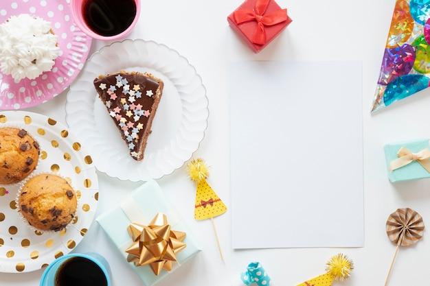 Vista dall'alto articoli di compleanno su sfondo bianco