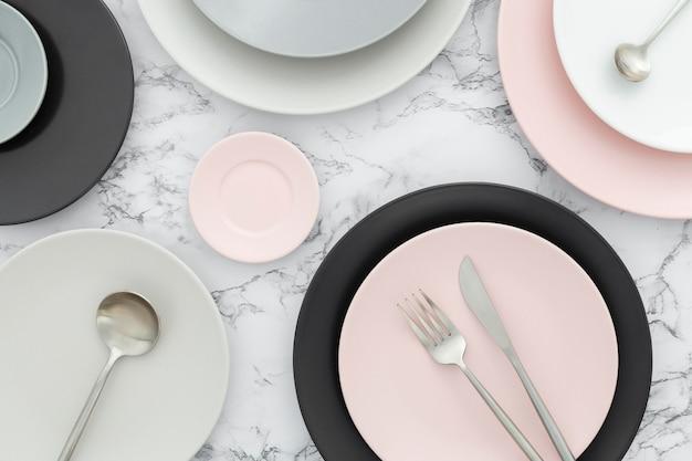 Vista dall'alto assortimento di eleganti piatti sul tavolo