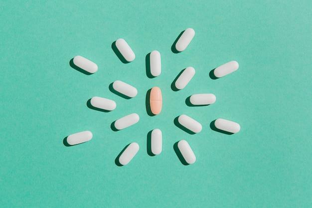 Vista dall'alto assortimento di farmaci sul tavolo