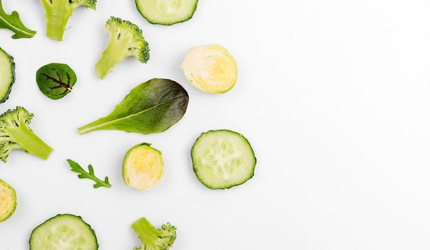 Vista dall'alto assortimento di foglie di insalata con fette di cetriolo