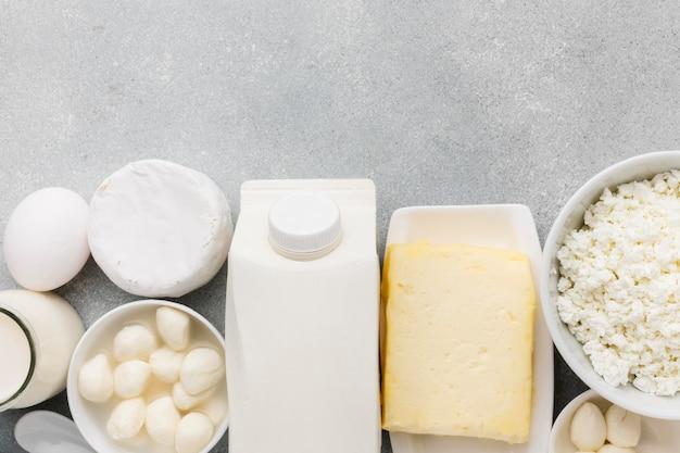 Vista dall'alto assortimento di formaggio fresco e mik
