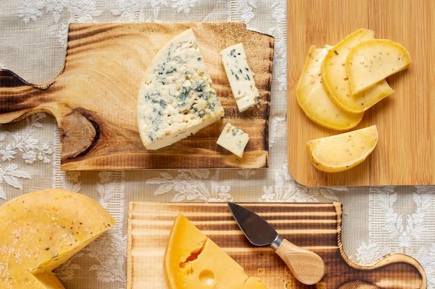 Vista dall'alto assortimento di formaggio su un tavolo