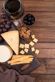 Vista dall'alto assortimento di formaggio sul tavolo