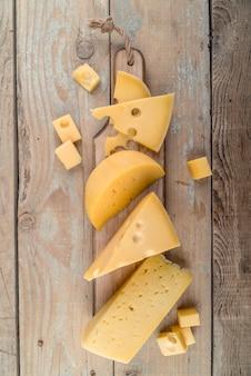 Vista dall'alto assortimento di gustosi formaggi sul tavolo