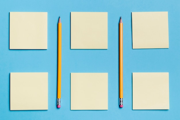 Vista dall'alto assortimento di note adesive con matite