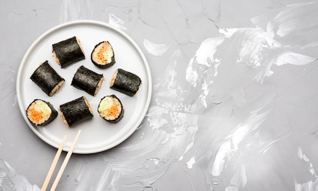Vista dall'alto assortimento di rotoli di sushi e copia spazio