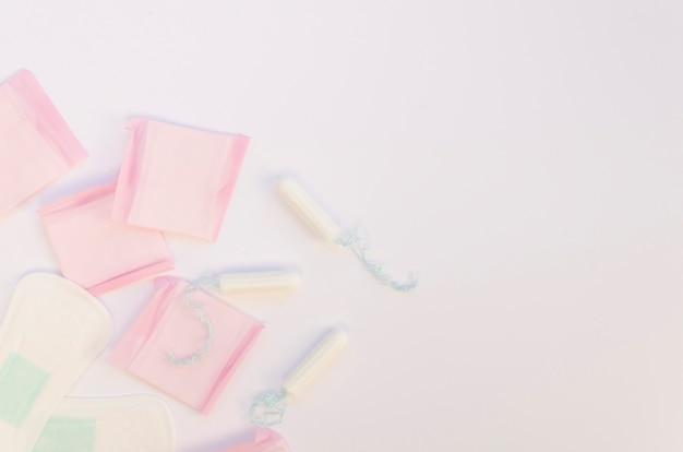 Vista dall'alto assortimento di tamponi e tamponi avvolti