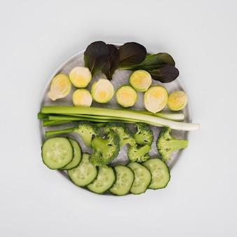 Vista dall'alto assortimento di verdure biologiche sul tavolo