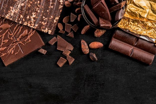 Vista dall'alto assortimento scuro con cioccolato con spazio di copia