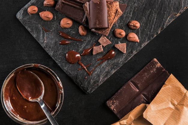 Vista dall'alto assortimento scuro di cioccolato