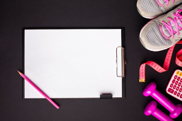 Vista dall'alto attributi sportivi rosa con appunti