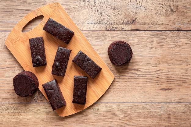 Vista dall'alto barrette di cioccolato su tavola di legno