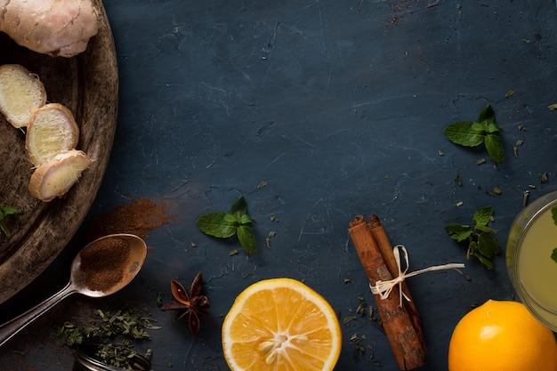Vista dall'alto bastoncini di cannella con arancia e zenzero