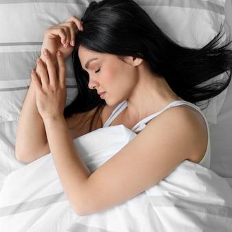 Vista dall'alto bella giovane donna che dorme