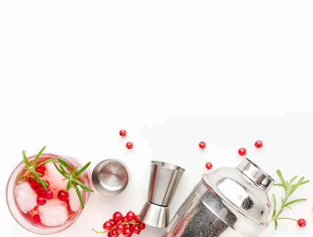 Vista dall'alto bicchiere di vodka mirtillo rosso e shaker con copia-spazio
