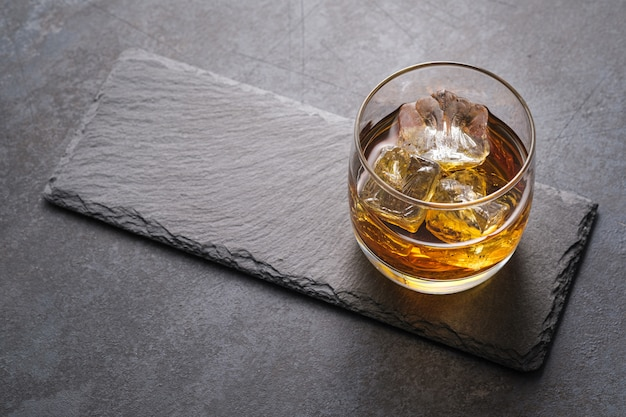 Vista dall'alto bicchiere di whisky con cubetti