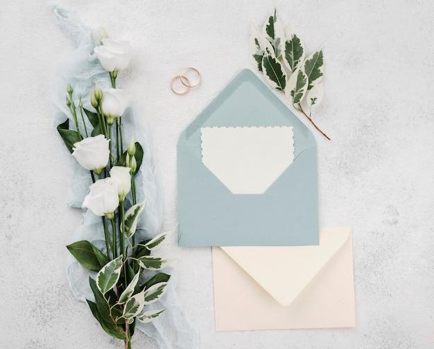 Vista dall'alto biglietti d'invito di nozze con fiori