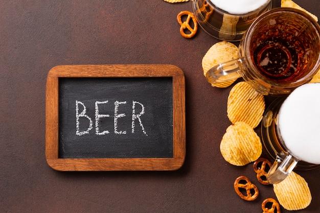 Vista dall'alto birra con lavagna