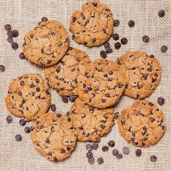Vista dall'alto biscotti con gocce di cioccolato