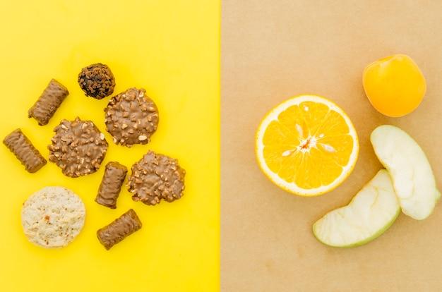 Vista dall'alto biscotti vs frutta
