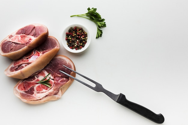 Vista dall'alto bistecche fresche con pepe sul tavolo