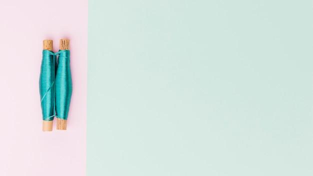 Vista dall'alto bobine di filato in colori pastello