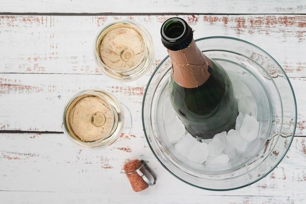 Vista dall'alto bottiglia con bicchieri di champagne