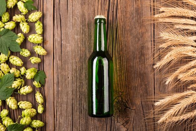Vista dall'alto bottiglia di birra con ingredienti
