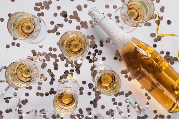 Vista dall'alto bottiglia di champagne con bicchieri