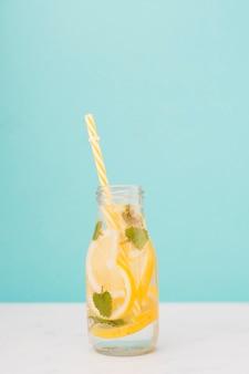 Vista dall'alto bottiglia di limonata con paglia