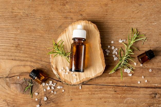 Vista dall'alto bottiglia di olio su un pezzo di legno