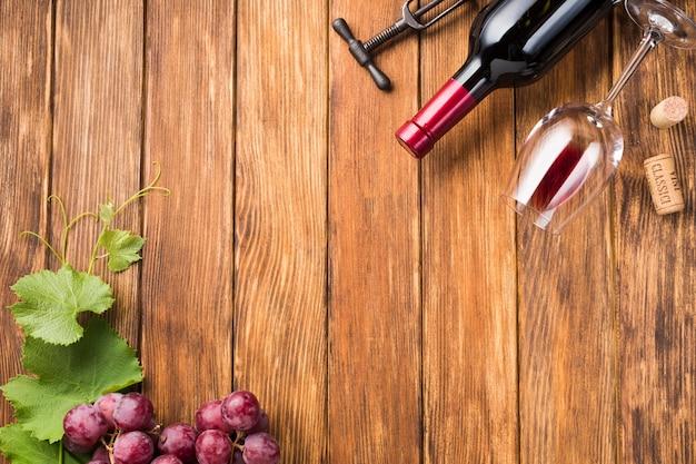 Vista dall'alto bottiglia di vino con spazio di copia