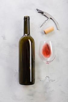 Vista dall'alto bottiglia di vino rosso e bicchiere di vino