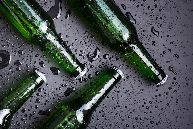 Vista dall'alto bottiglie con birra