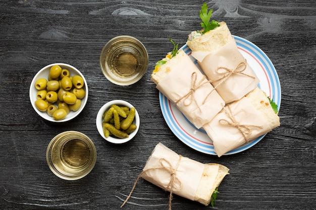 Vista dall'alto burritos e olive