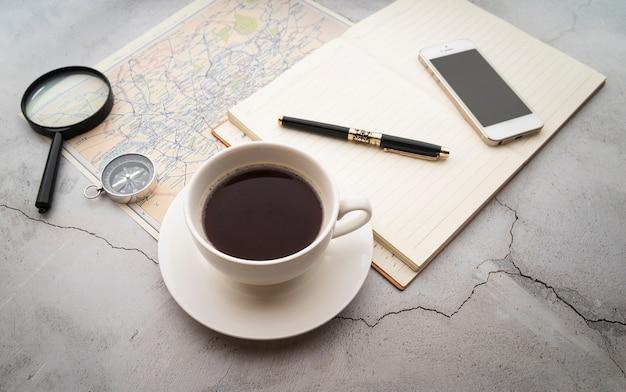 Vista dall'alto caffè e piani di viaggio