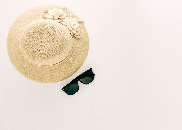Vista dall'alto cappelli di paglia con gli occhiali