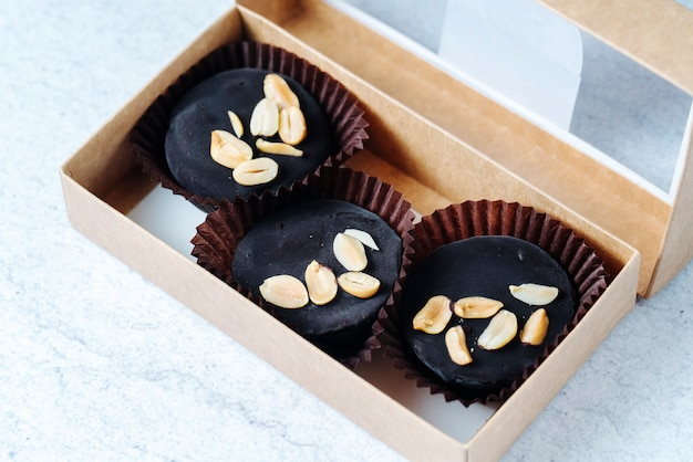 Vista dall'alto caramelle al cioccolato con arachidi in una scatola