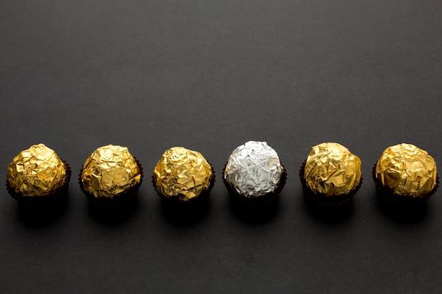 Vista dall'alto caramelle al cioccolato con copia-spazio