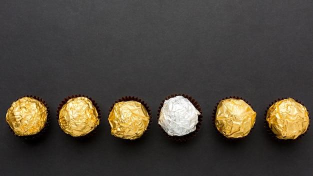 Vista dall'alto caramelle al cioccolato