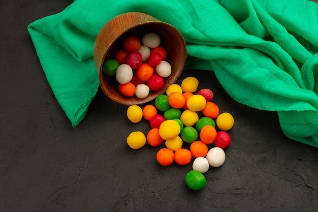 Vista dall'alto caramelle multicolori squisiti sul buio