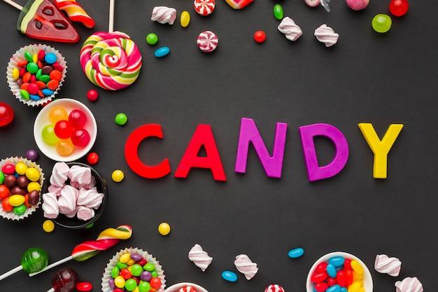 Vista dall'alto caramelle scritte con dolci intorno