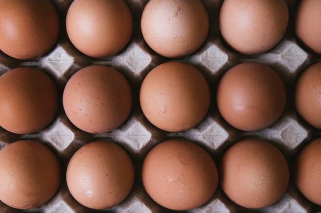 Vista dall'alto cartone di uova