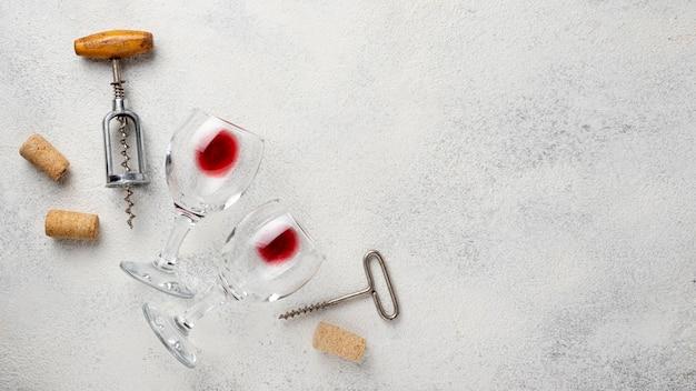Vista dall'alto cavatappi e bicchieri di vino