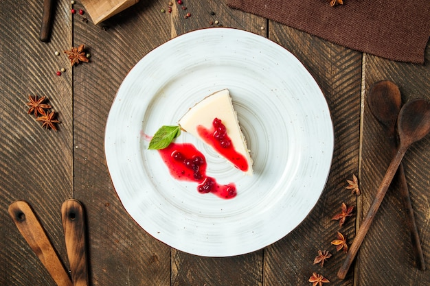 Vista dall'alto cheesecake con frutti di bosco